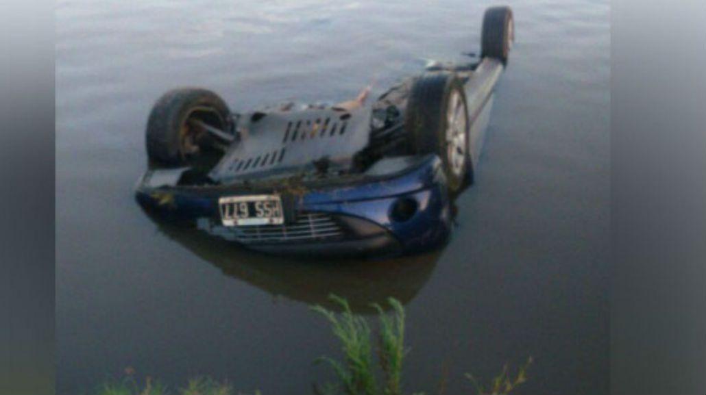 Así quedó el auto en el río