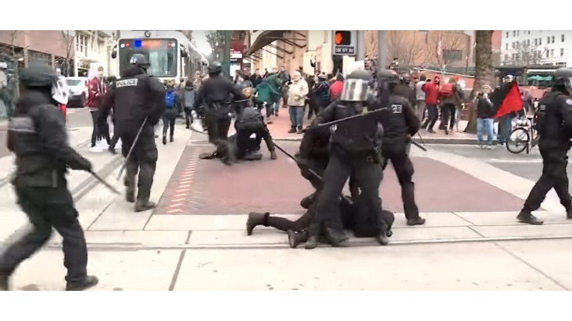 La policía de Portland reprimió una protesta en la calle