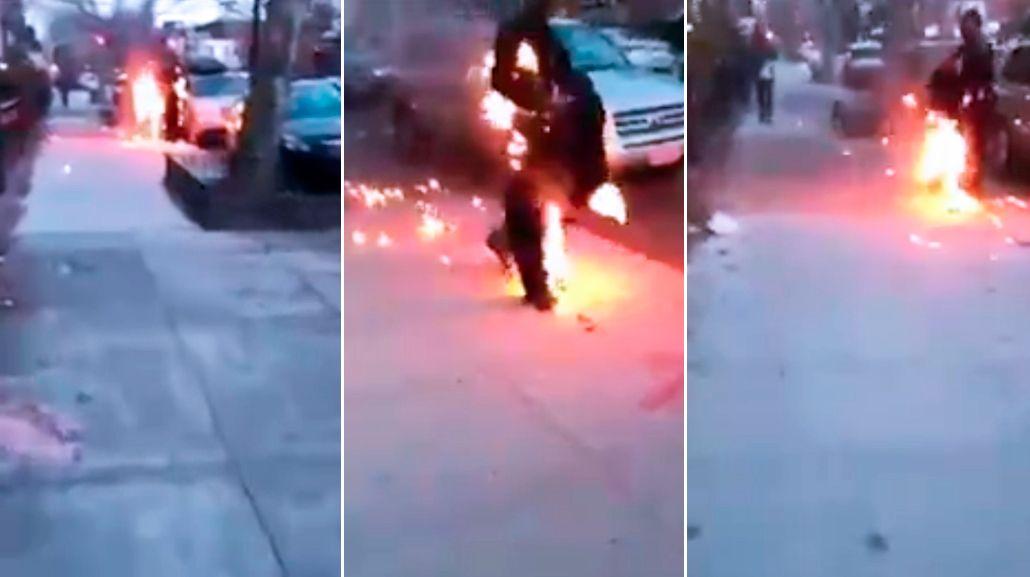 Un hombre está prendido fuego y actúa como si no pasara nada