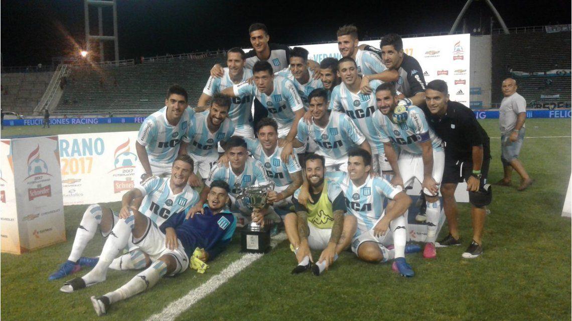 Racing festeja con la Copa Revancha tras vencer a Independiente