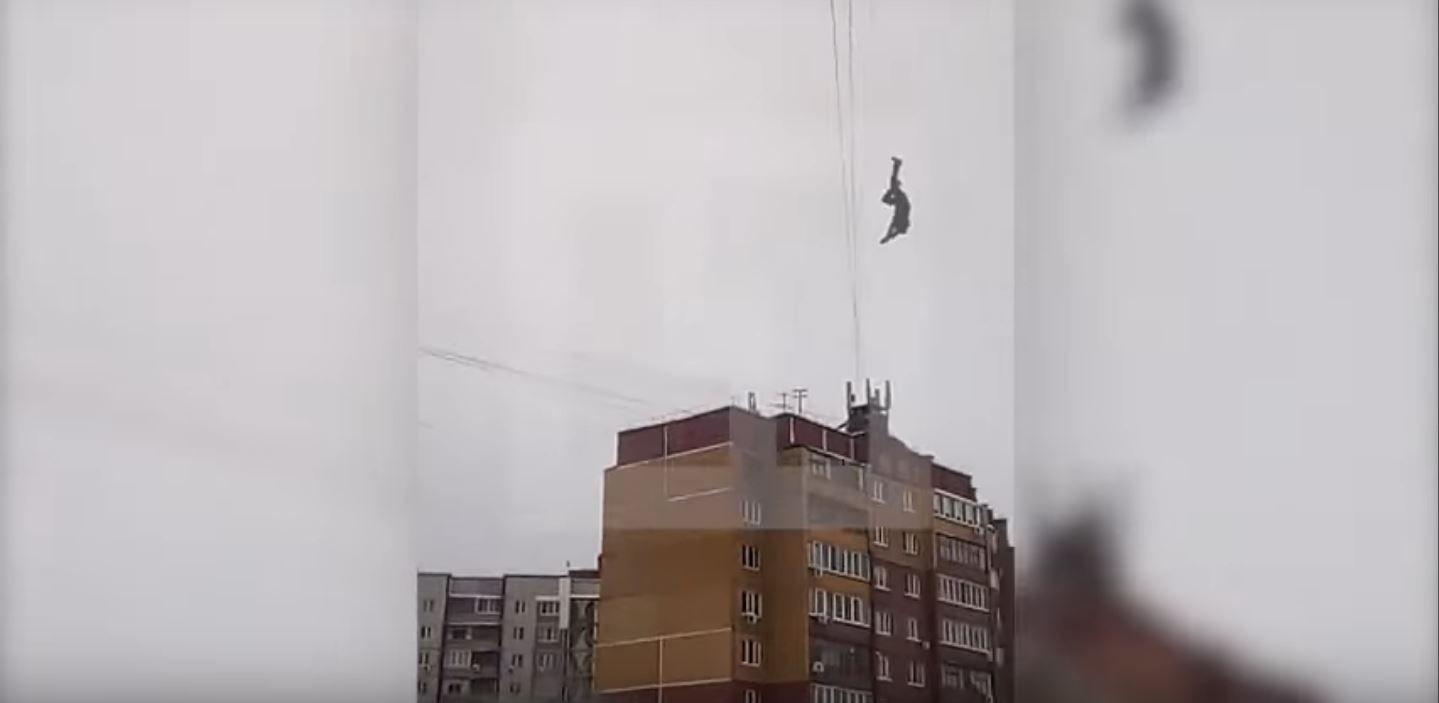 Murió después de tratar de cruzar de edificio a edificio a través de cables de electricidad