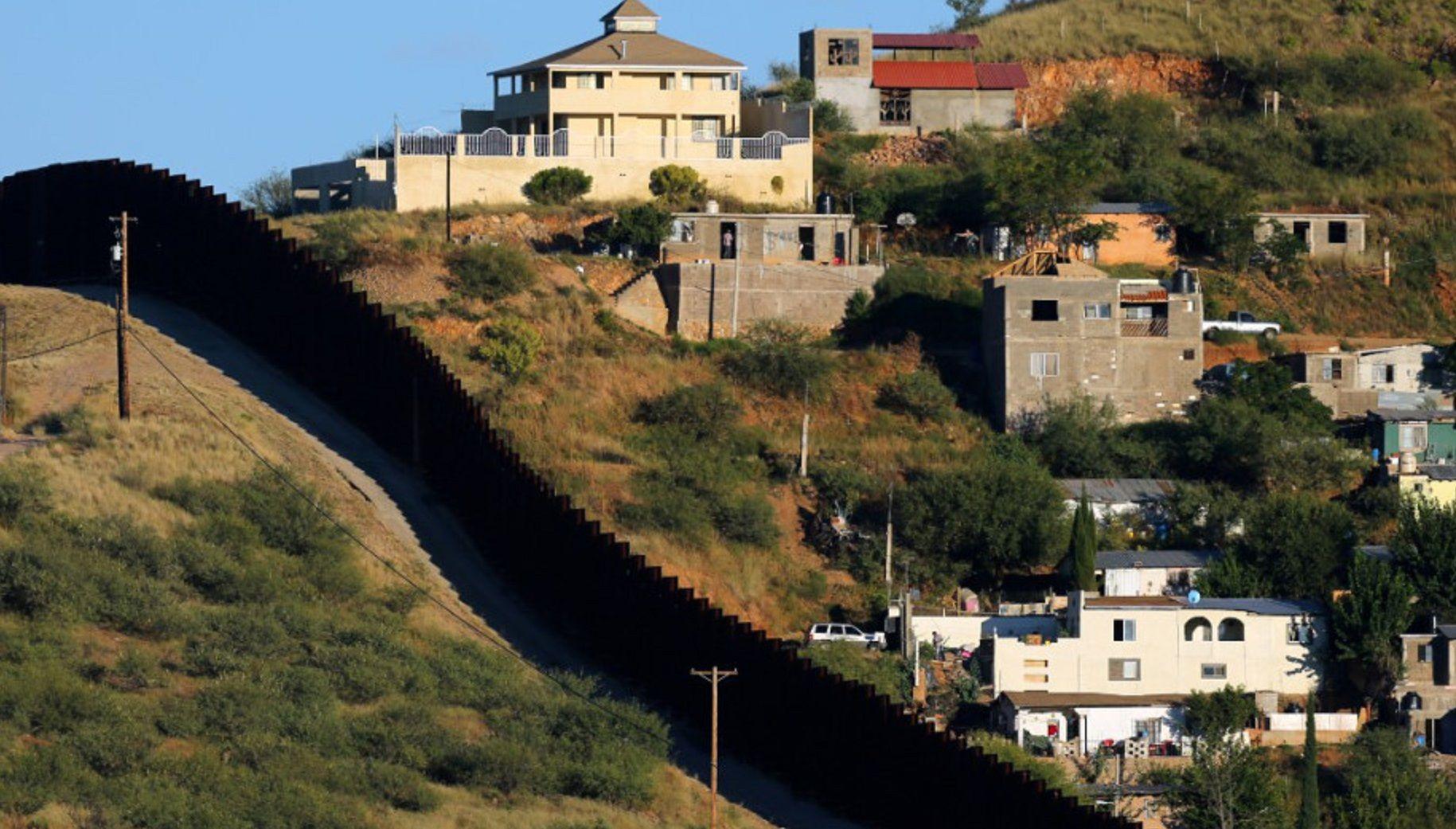 Construcción muro fronterizo entre México y EE.U.U.