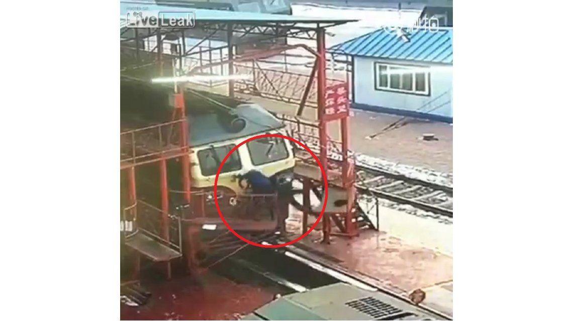 Se cayeron cuando una plataforma se abrió por error
