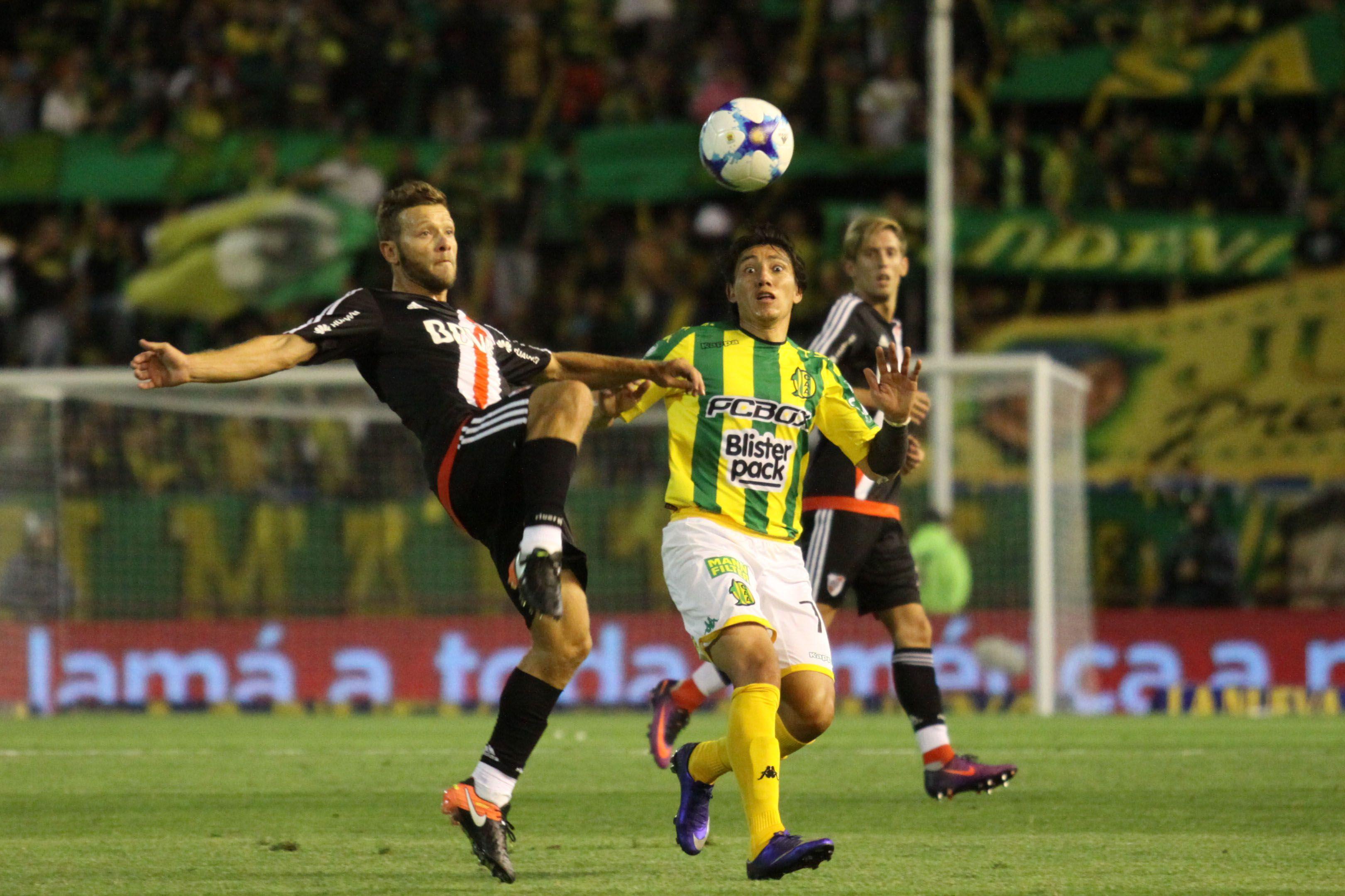 Nicolás Domingo (River) y Pablo Lugüercio (Aldosivi) disputan una pelota dividida