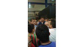 Raúl Gámez increpado por hinchas de Vélez en el playón del Amalfitani