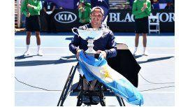 Gustavo Fernández, campeón en Australia, exhibe su trofeo con la bandera argentina