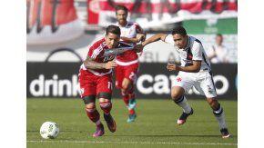 Driussi, intentando arrancar ante la marca de un rival