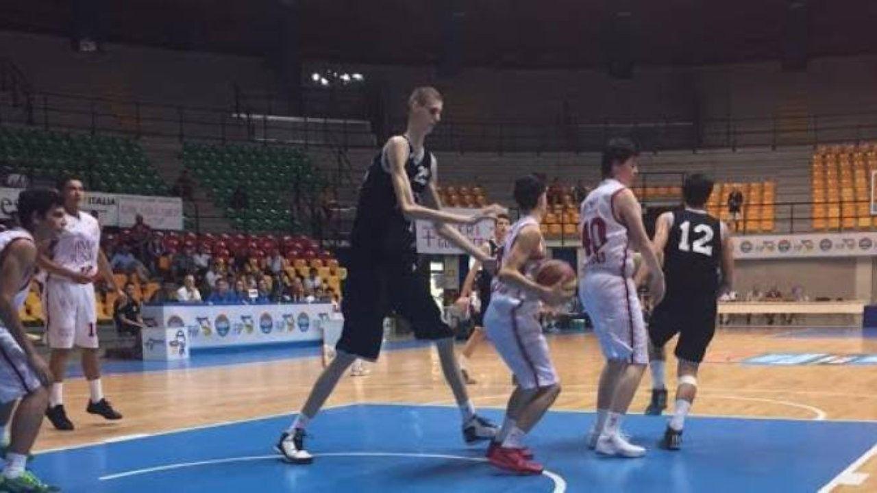 El gigante rumano tiene 16 años y mide 2.31 metros