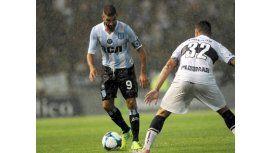 Lisandro López encara a Ramiro Cabrera bajo una lluvia torrencial