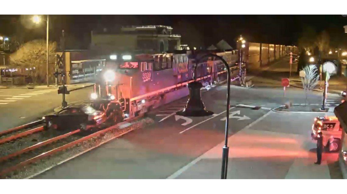 Un tren arrolló un auto en Estados Unidos