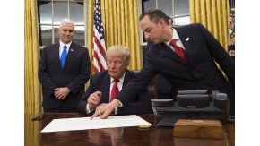 Donald Trump firmando sus primeros decretos
