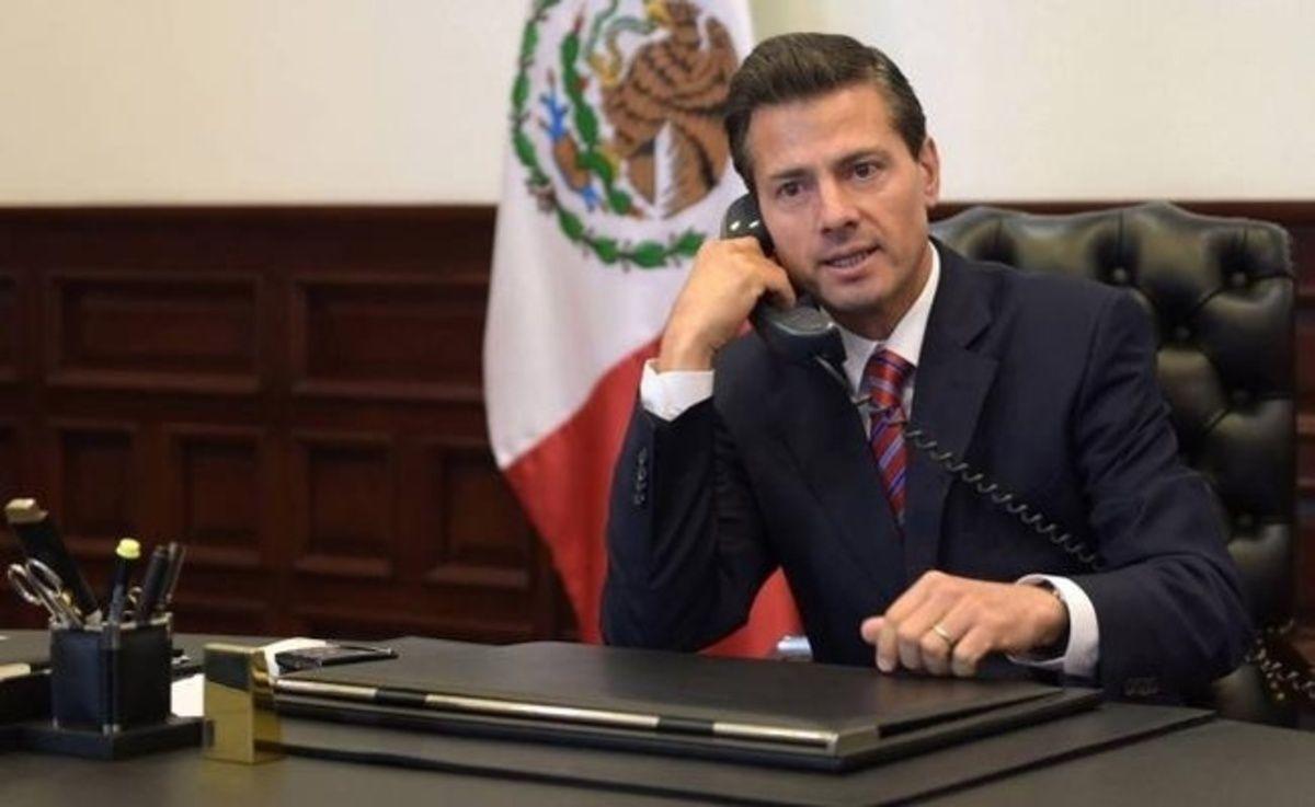 Enrique Peña Nieto hablando por teléfono