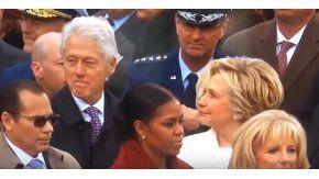 Bill Clinton ante la dura mirada de su mujer Hillary