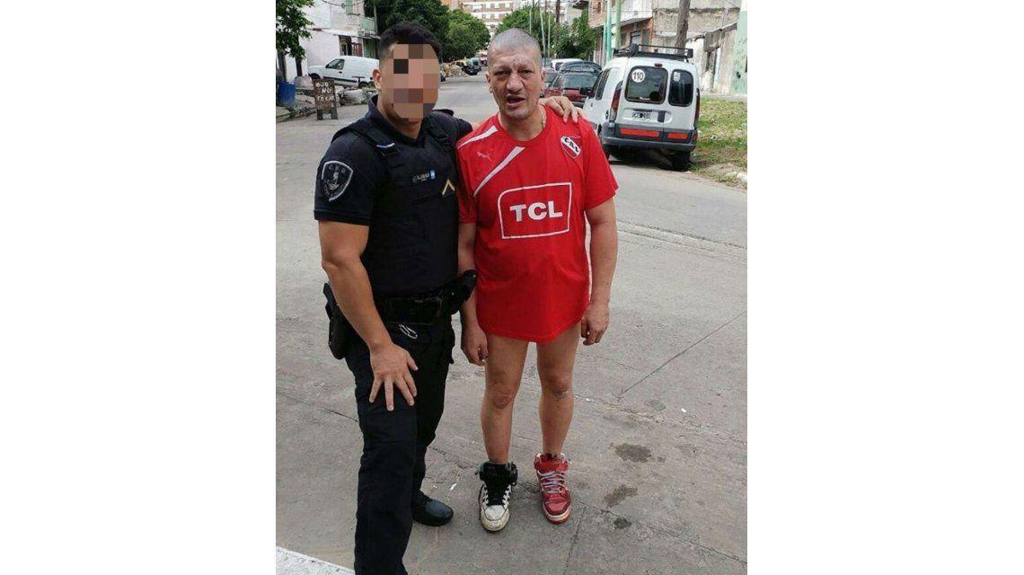Pity Álvarez junto a un oficial de policía