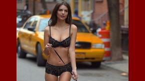 Emily Ratajkowski, semi desnuda por las calles de Nueva York
