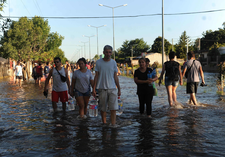 Vecinos de La Emilia volviendo a sus casas