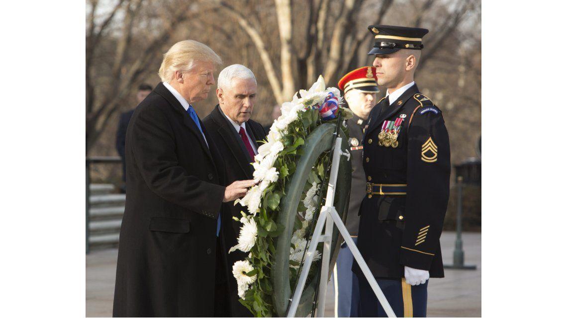 Donald Trump junto a Mike Pence colocan una ofrenda en la tumba del soldado desconocido