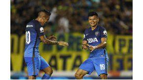 Bou y Centurión, celebrando el segundo gol de Boca