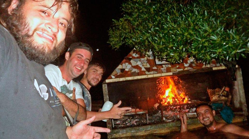 Un grupo de amigos hizo un asado bajo el agua en La Emilia