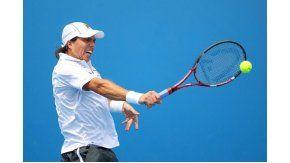 Carlos Berlocq conecta un revés durante su debut en el Abierto de Australia