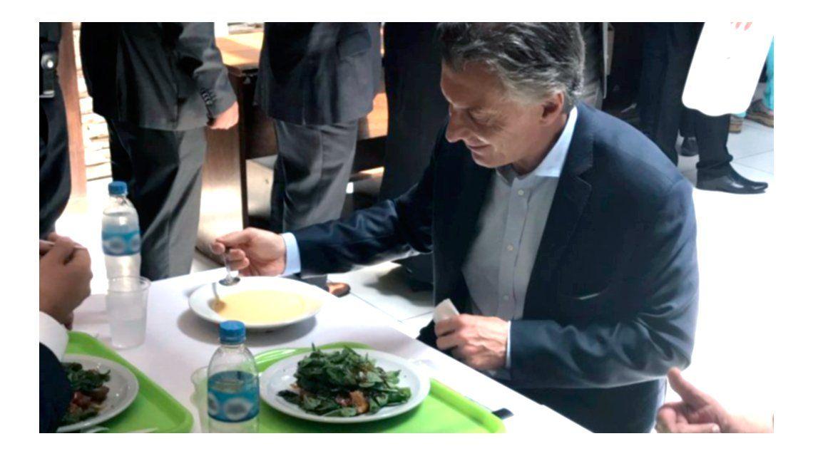 Mauricio Macri tomó una sopa fría y comió ensalada