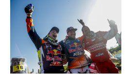 El piloto Sam Sunderland celebra su victoria en el Dakar