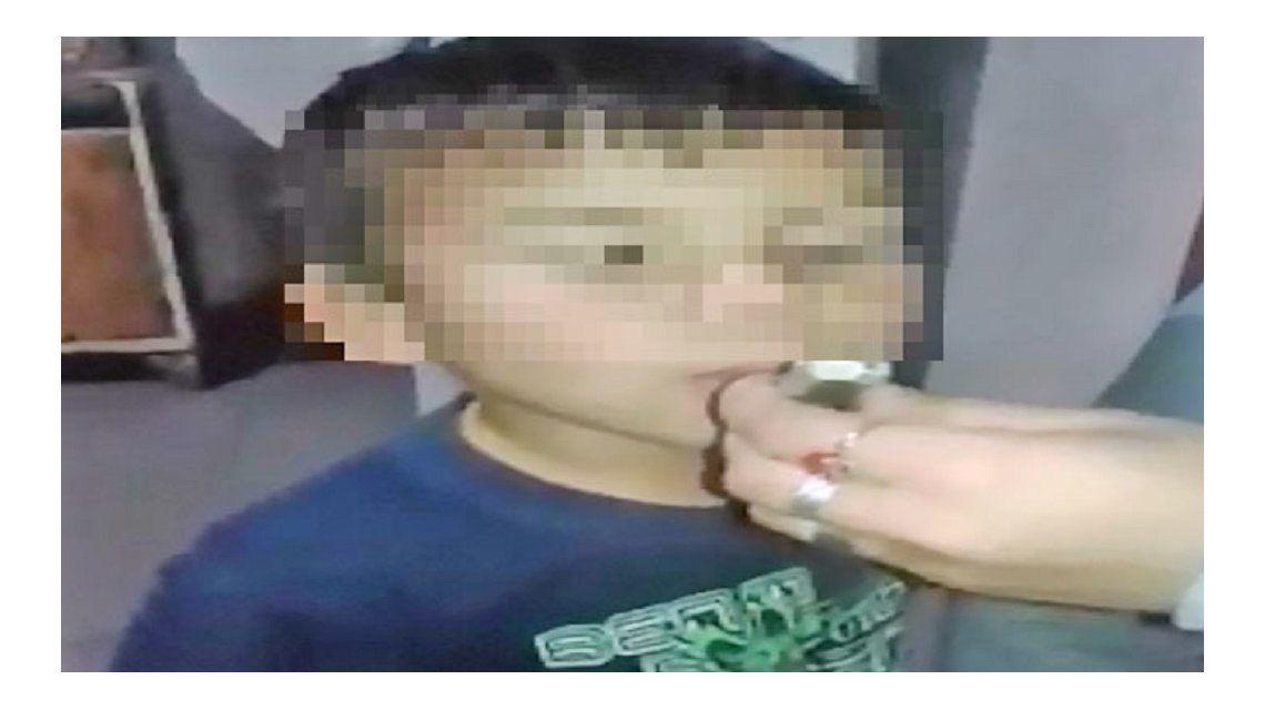 Una madre le dio de fumar marihuana su hijo