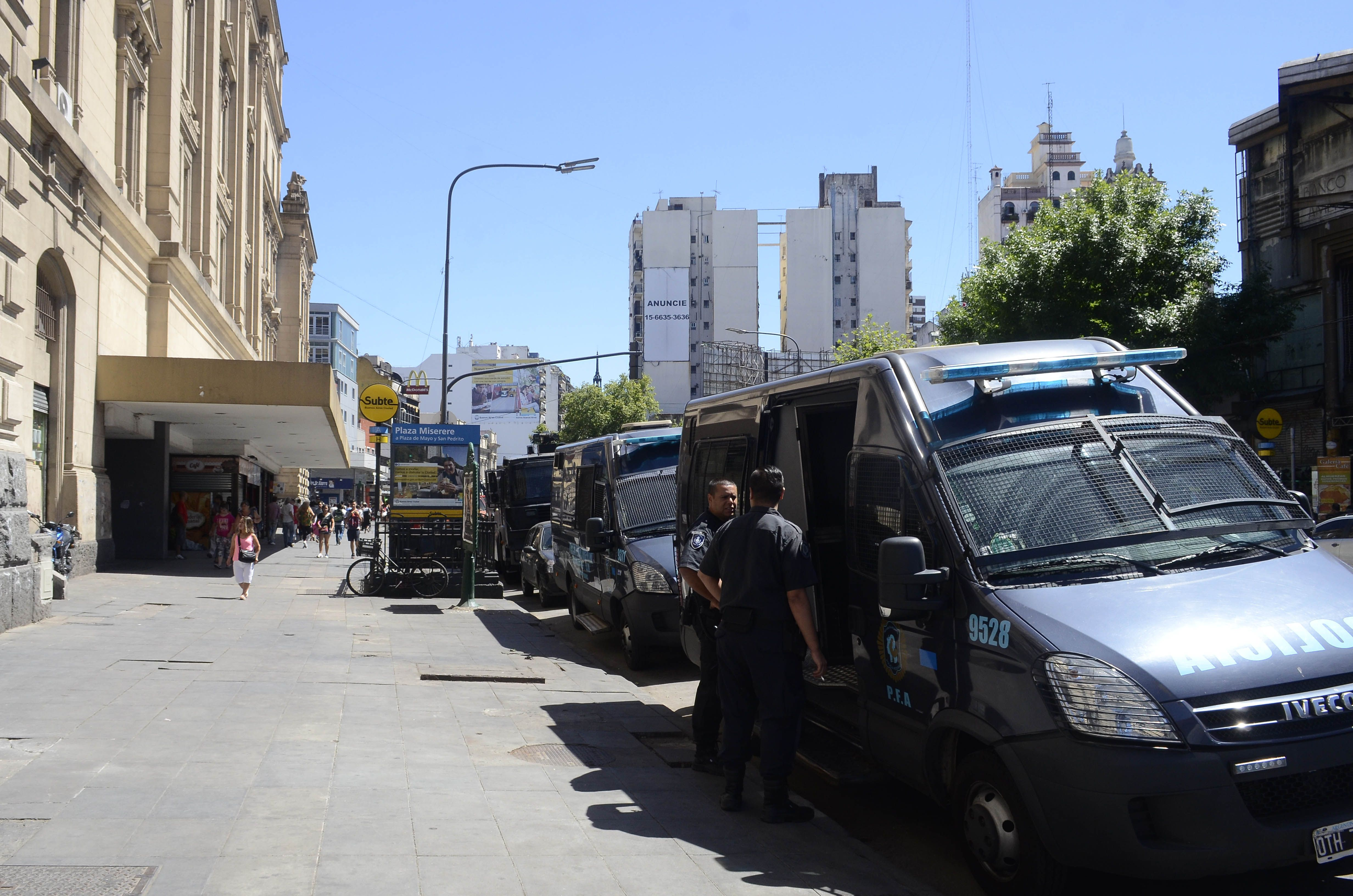 Fuerte operativo policial en Once