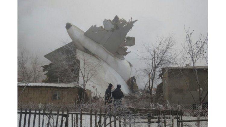 Cayó un Boein enKirguistán y hay al menos 37 muertos - Crédito: @TomPodolec