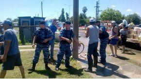 Policía y Defensa Civil colaboran con inundados en La Emilia.
