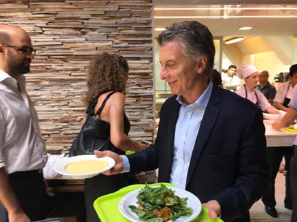 Macri almorzó en el comedor de la Rosada y armó un partido de fútbol con periodistas