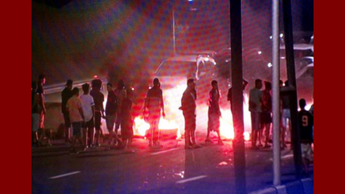 Vecinos reclaman con un piquete en la autopista Buenos Aires-La Plata por los cortes de luz