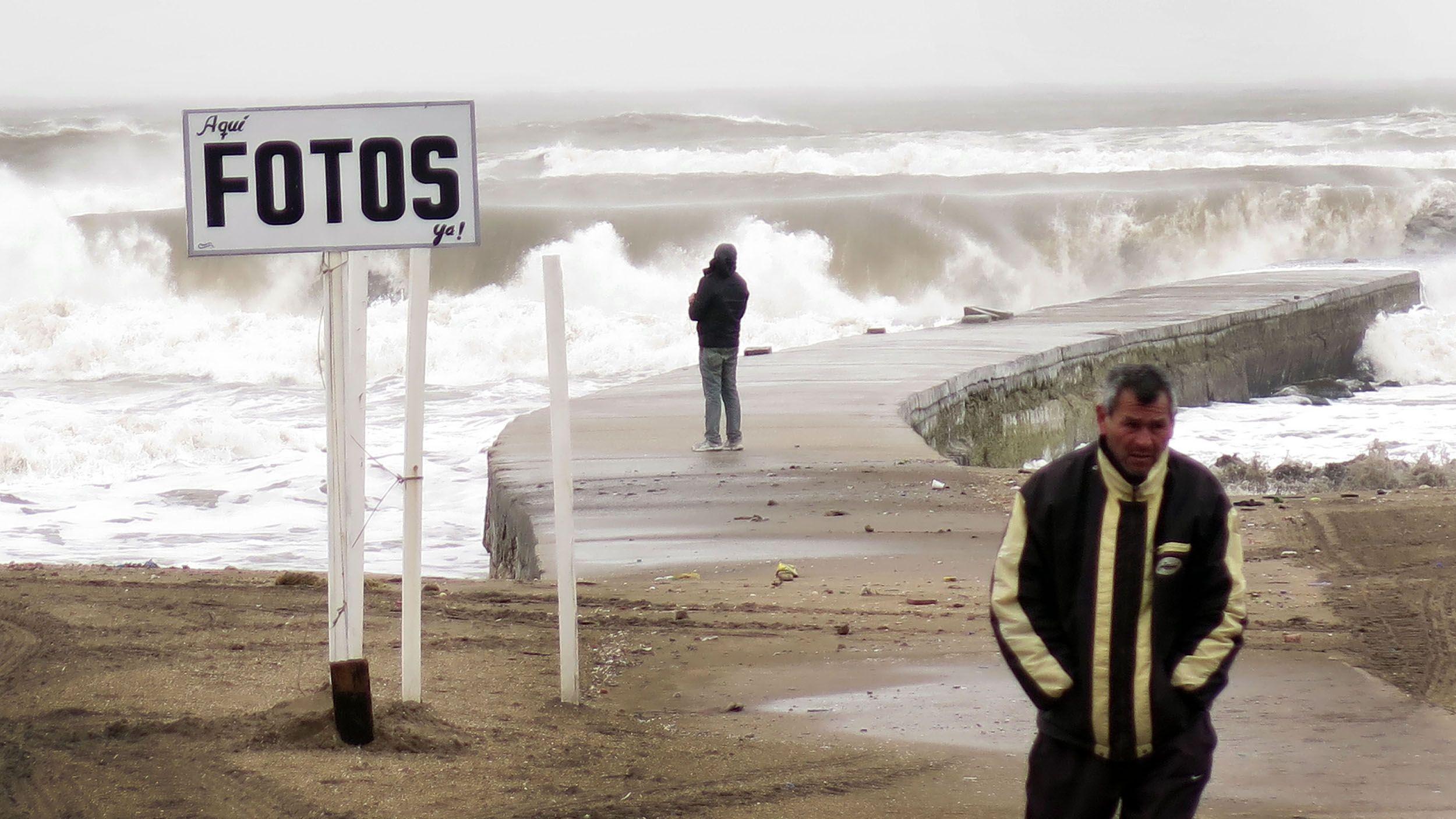 Una típica postal de Mar del Plata copada por el viento