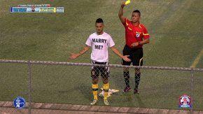 Un jugador fue amonestado tras pedirle casamiento a su novia