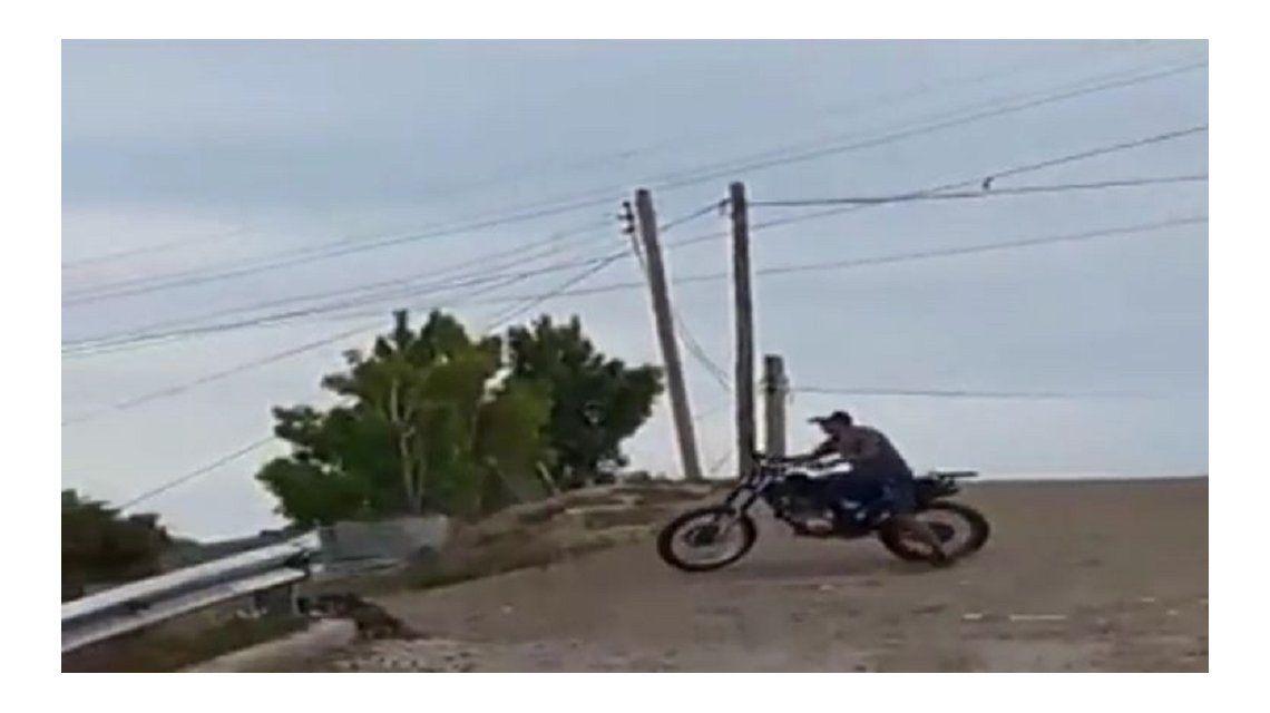 Hizo una mala maniobra con la moto y terminó mal