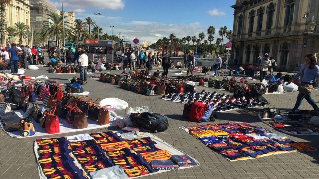 Camisetas con el 10 de Lionel Messi falsificadas son vendidas por los llamados top manta en Barcelona