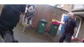 Un atacó a policías con un martillo en Reino Unido