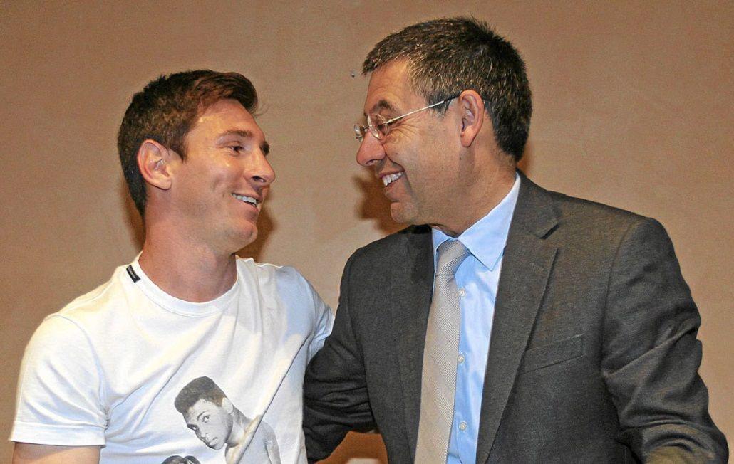 Messi junto a Bartomeu, presidente del Barcelona