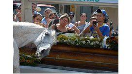 La imagen del caballo junto al féretro conmovió a todos