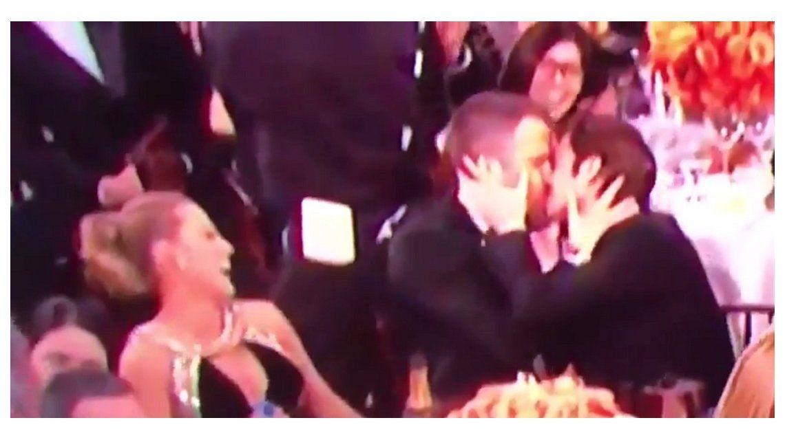 Beso entre Ryan Reynolds y Andrew Garfield en los Premios Globo de Oro