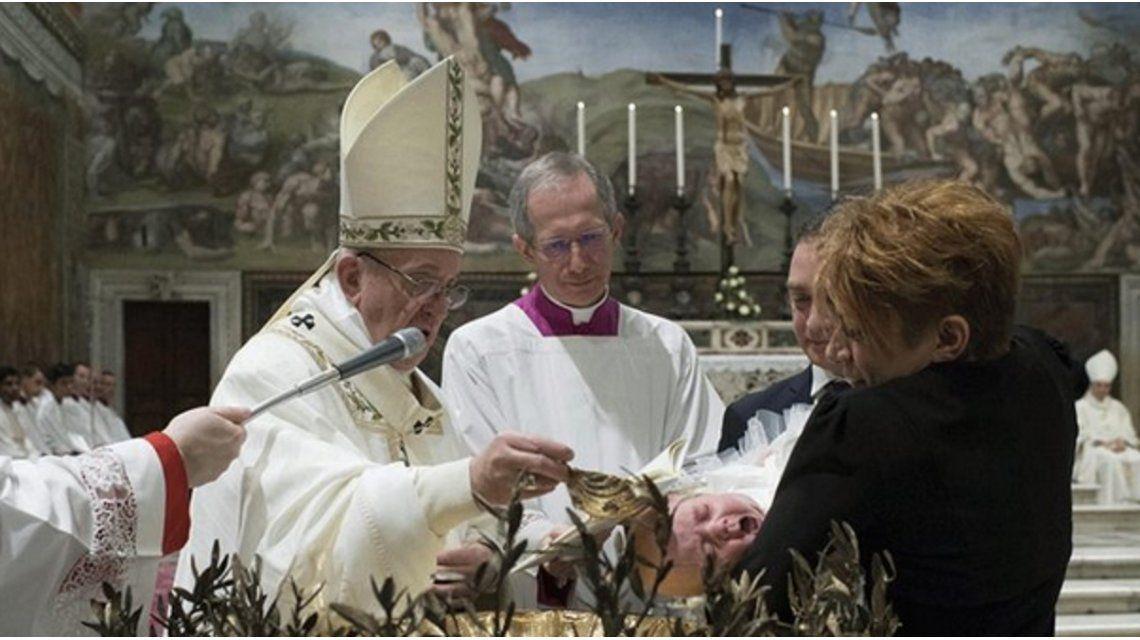 Francisco encabezó hoy una misa de bautismo