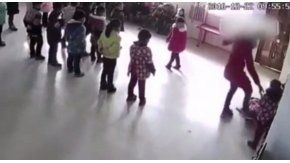 Una maestra jardinera golpea a una niña