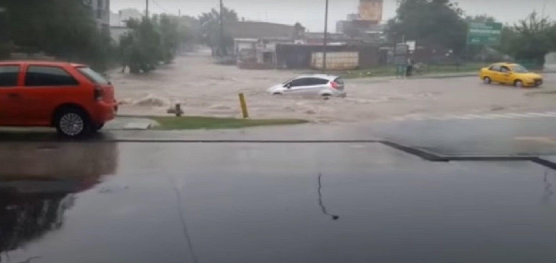 La lluvia arrastró a un auto en Córdoba