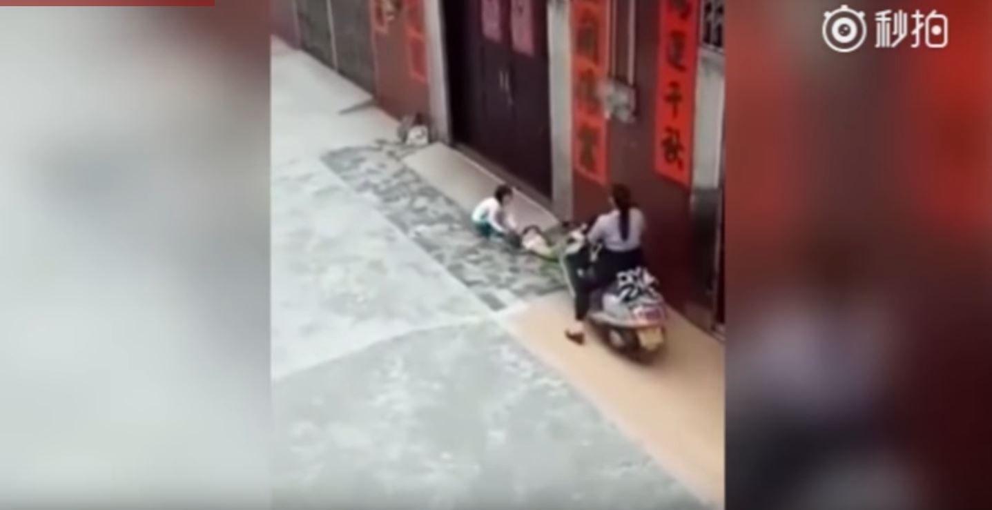 La abuela atropelló a su nieta para que entrara a su casa
