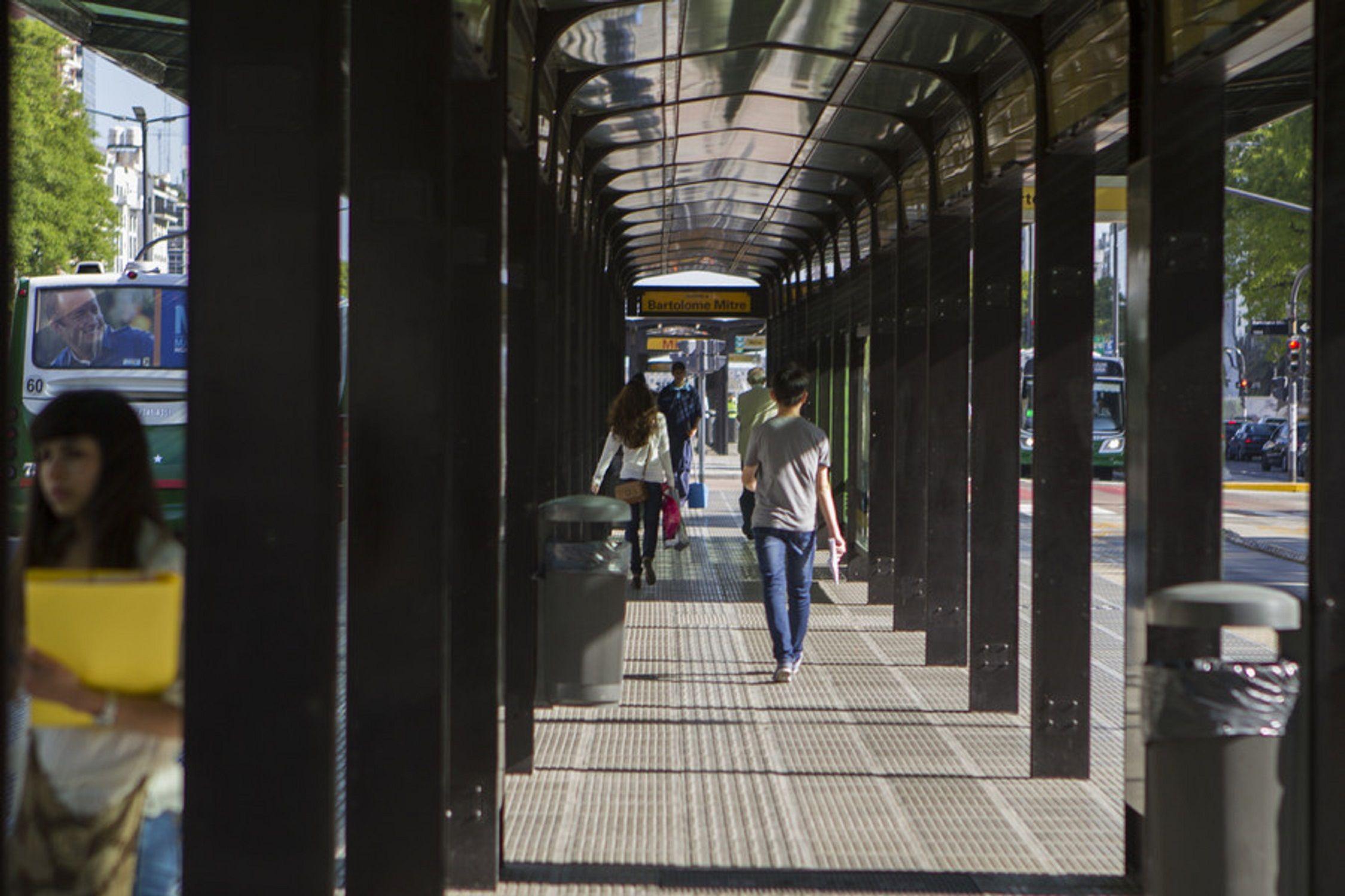 Una mujer fue golpeada en la parada del Metrobus