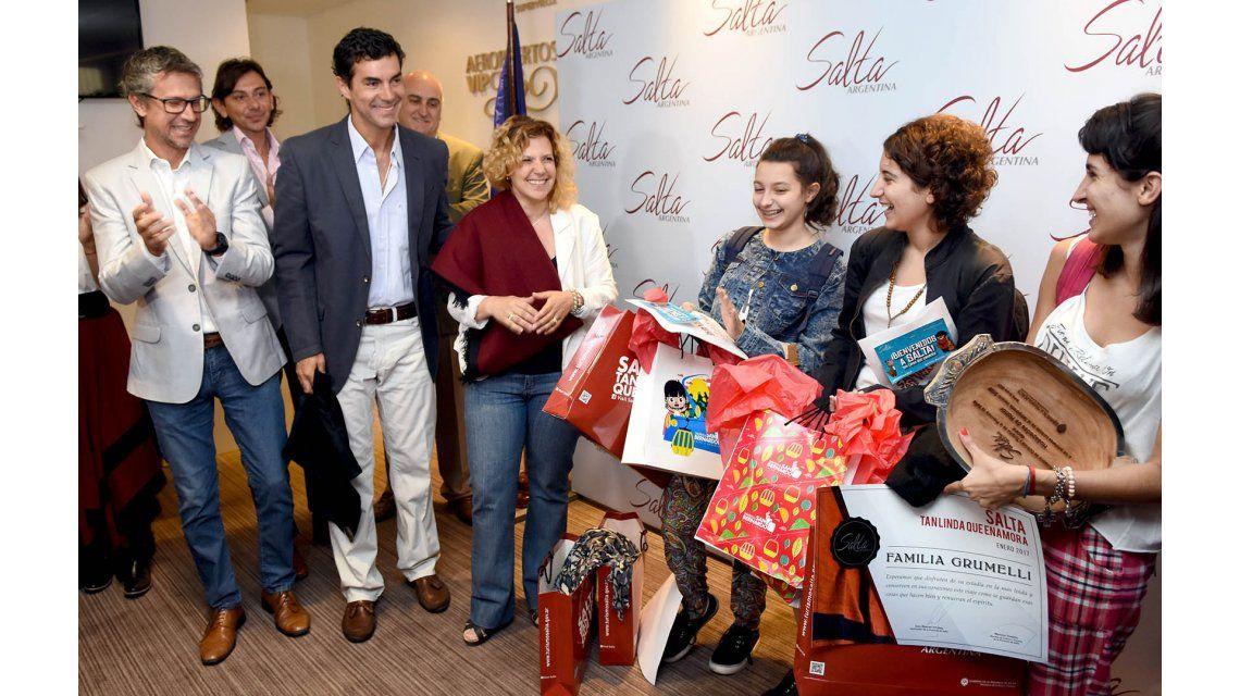 El gobernador Juan Manuel Urtubey recibe a turistas