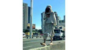 El hombre camina por la avenida General Paz