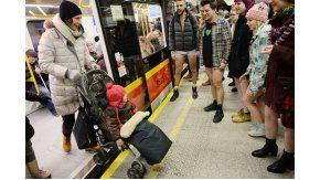 Neoyorquinos viajan en subte sin pantalones como parte de un evento mundial