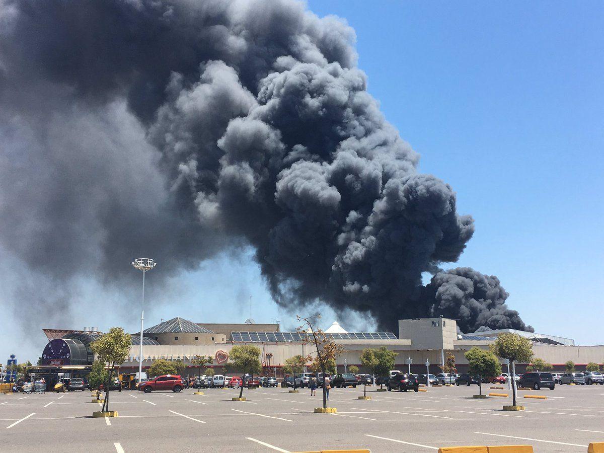 Al menos ocho dotaciones de bomberos trabajan en el lugar