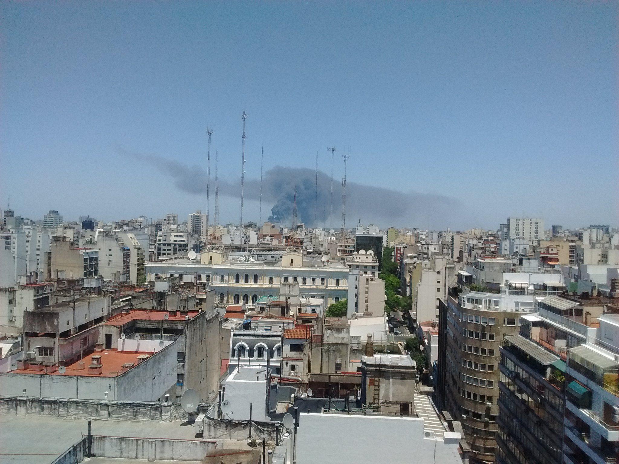El humo se observa desde distintos puntos de la Ciudad